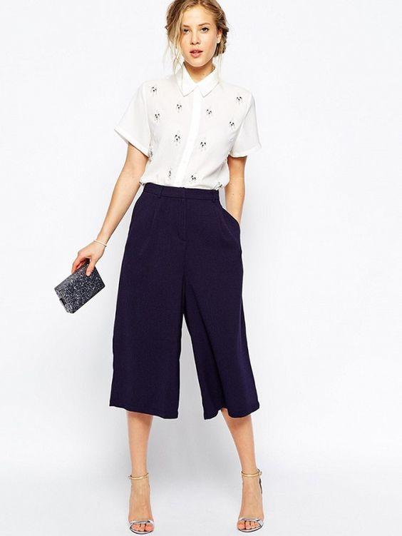 Sandalias de tacón y pantalones culotte
