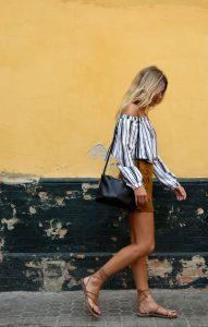 Sandalias planas y falda de ante