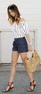 Tendencias de moda: Sandalias planas y blusa con hombros al aire