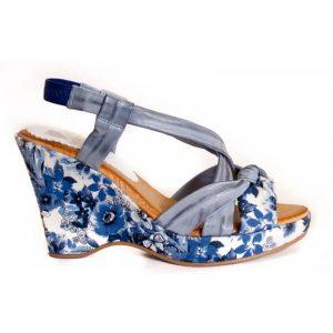 Sandalias con cuña en tejido estampado de flores azules. Antes 45€, ahora 29€.