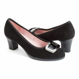 zapato-de-tacon-en-ante-negro-con-hebilla-de-concha