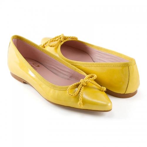 bailarina-con-punta-alargada-en-piel-labrada-acharolada-amarillo-y-cordon-grueso