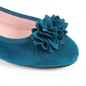 Bailarina plana azul petróleo con flor