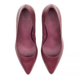 Zapato salón en piel burdeos tacón medio.